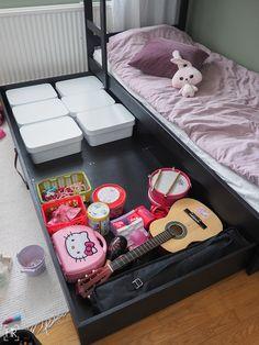 Saanko esitellä? Yksi lastenhuoneemme säilytyksen uusista kulmakivistä: Musta laatikko! Lelukorien paikka oli ennen muutosta sänkyjen alla. Lähes kaikki lasten lelut olivat jaoteltuina muovisiin k…