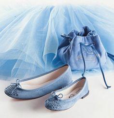 Coleção especial traz sapatilha, saia e bolsa e chega em setembro às lojas da grife no Brasil