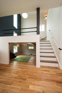 『スキップフロアのお家』 スキップフロアとは床の高さを半階分ずらして中階層をつくる方法です。 スキップフロアのあるお家は収納スペースが多く、風通しが良いです。 #注文住宅 #新築注文住宅 #新築マイホーム #マイホーム #マイホーム計画 #シンプルライフ #お家 #おうち #住まい #一戸建て #新築一戸建て #戸建 #戸建て #住宅 #新築住宅 #暮らしをたのしむ #畳 #日々の暮らしを楽しむ #小上がり #スキップフロア #中二階 #スキップフロアの家 #小上がり和室 #家作り #家造り Japanese Interior Design, Home Interior Design, Interior Architecture, Japanese Architecture, Modern Bungalow House, Small House Design, Japanese House, Dream Rooms, Home Hacks