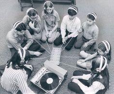Retro photo of school children around a record player. Lps, Radios, Message Vocal, Vinyl Junkies, Record Players, Ex Machina, Vintage Tv, Vintage Music, Vintage Kids