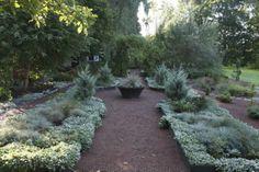 Puutarhaan on rakennettu erilaisia tiloja ja tunnelmia.