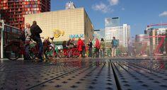 Toeristen bekijken de stad via de fiets op het Schouwburgplein. De fietstours, die worden verzorgd door Rotterdam ByCycle, sturen bezoekers en geïnteresseerden samen met een gids door de stad. Een prima manier om de Maasstad te ontdekken.
