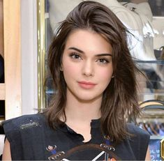 Cute Shoulder Length Haircuts for Women in 2019 Shoulder length haircut is stylish and practical. If you have very long hair and you want to change your appearance but are not ready to cut your hair short, shoulder length is the right choice to … Kendall Jenner Outfits, Kendall Jenner Make Up, Kendall Jenner Haircut, Kendall Jenner Modeling, Kendal Jenner Hair, Kendall Jenner Hairstyles, Kylie Jenner Face, Cute Shoulder Length Haircuts, Jenner Makeup