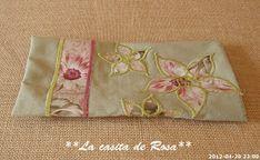 La casita de Rosa: Porta tijeras y Alfiletero con tira hilos. Patchwork Bags, Napkins, Wallet, Sewing, Baby Hats, Hand Soaps, Tejidos, Pink, Handmade Crafts