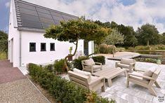 Modern exterieur met landelijke tuin   Z-Wonen   The Art of Living (NL) Outdoor Furniture Sets, Outdoor Decor, Art Of Living, Bungalow, Villa, Patio, House, Home Decor, Decoration Home