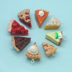 pie charms wheel 2019 Kuchenstück Anhänger The post pie charms wheel 2019 appeared first on Clay ideas. Fimo Polymer Clay, Crea Fimo, Polymer Clay Miniatures, Polymer Clay Projects, Polymer Clay Creations, Clay Crafts, Polymer Clay Jewelry, Handmade Polymer Clay, Clay Earrings