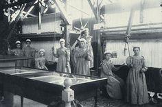 Wikimedia Commons/Groepsportret van meisjes in een weverij op de afdeling industrie van de Nationale Tentoonstelling van Vrouwenarbeid 1898. Den Haag, Scheveningsweg, juli 1898. Archief Nationale Tentoonstelling van Vrouwenarbeid 1898, inv no 350
