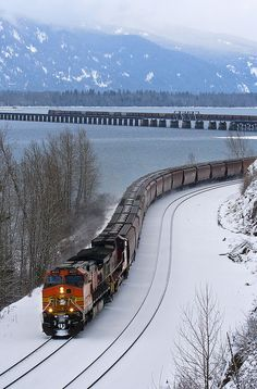 Powerful locomotives Lake Pend Oreille shimmers beneath a westbound grain train at Bottle Bay Rd. near Sandpoint, Idaho Uzbekistan Ohio Rail. By Train, Train Tracks, Train Rides, Train Route, Locomotive, Tramway, Bonde, Old Trains, Train Pictures