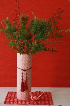 ガラス容器にお気に入りの紙を巻き付けて、タッセルを結ぶだけのお正月しつらえ花瓶。