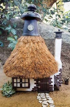 How to thatch a fairy roof, the easy way and make the cutest fairy house ever using an old lamp shade. Old Lamp Shades, Rustic Lamp Shades, Modern Lamp Shades, Ceiling Lamp Shades, Rustic Lamps, Design Art Nouveau, Mason Jars, Ikea, Creative Lamps