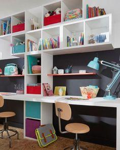 Jouez avec les volumes et les dimensions des meubles Mixxit pour créer un coin bureau et des  rangement dans la chambre des enfant ou la salle de jeu.
