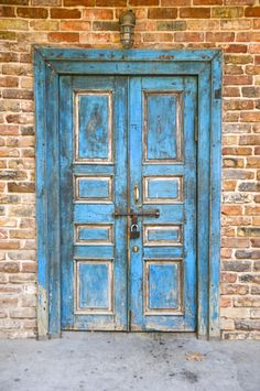 Doors are fabulous to add color and much needed texture to your image. #photographybackdrops