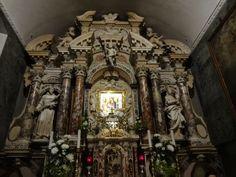 Você passa por trás do altar e reza para Nossa Senhora de Trsat-Opatija -Croácia