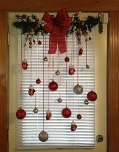 30 Beautiful Christmas Decorating Ideas on A Budget The Effective Pictures We Offer You About DIY Christmas decorations A quality picture can tell you many things. You can find the most beautiful pict Classic Christmas Decorations, Cheap Christmas, Farmhouse Christmas Decor, Christmas Door, Green Christmas, Outdoor Christmas, Simple Christmas, Christmas Wreaths, Christmas Crafts