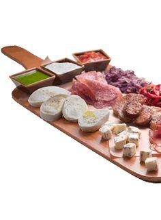 Tavola Ginos  Tabla surtida con mozzarella, speck, spianata, queso gorgonzola, salchichas y verduras..