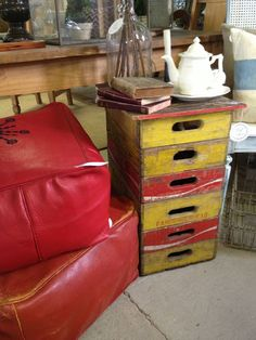stacked soda crates as a table Repurposed Items, Repurposed Furniture, Antique Furniture, Diy Furniture, Table Cafe, A Table, Project R, End Tables, Coffee Tables