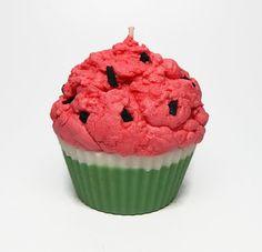 Cette bougie cupcake est environ de 11 onces. La partie « gâteau » de la bougie est verte & blanc, cerise est rose foncé avec noir « graine »