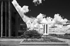 Oscar Niemeyer detrás del lente de Haruo Mikami,Palácio da Justiça à esquerda e a direita Congresso Nacional. Imagen © Haruo Mikami