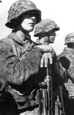 SS Hitlerjugend Soldat mit MG42.