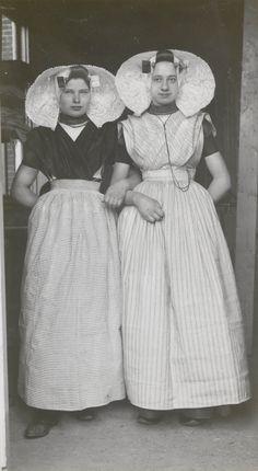 Twee jonge vrouwen in protestantse Zuid-Bevelandse streekdracht. Ze zijn gekleed in opknapdracht. ca 1935 #Zeeland #ZuidBeveland #protestant