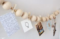 Pour accrocher ses photos de façon originale, une guirlande de perles en bois fait l'affaire !