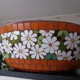 Vaso tipo bacia em mosaico no Elo7 | Sueli Cemin Arte em Mosaico (8DEC1F) Mosaic Vase, Mosaic Flower Pots, Mosaic Diy, Mosaic Tiles, Madhubani Painting, Mosaic Projects, Stained Glass Patterns, Garden Crafts, Tile Art