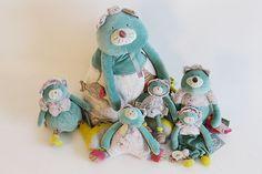 Voici les personnages principaux de la bande des Pachats : nos matous préférés ! Retrouvez-les ainsi que tous les produits Moulin Roty sur notre site www.jeujouet.com/moulin-roty-les-pachats #LesPachats #MoulinRoty #Peluche
