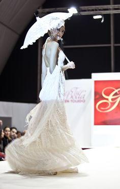 Vestido de Novia YolanCris guipur,,con sombrilla de encaje y chal de red.. Un combinado atrevido..Para una novia diferente..