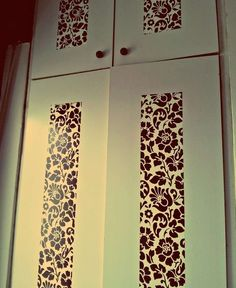 Ante con decorazione di carta da parati - Ante di un armadio decorate con carta da parati a sfondo nero