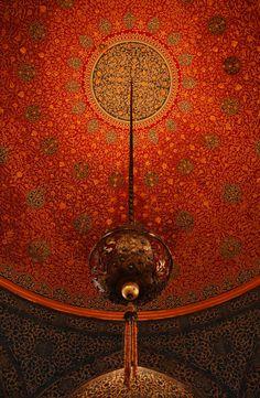 Uno de los lugares de decoración más delicada que podrás visitar en Estambul es el Palacio Topkapi. En la foto, su singular techo. ¿Te vienes con nosotros? www.5estrellasclub.com ¡Desde 239€ vuelo+hotel!
