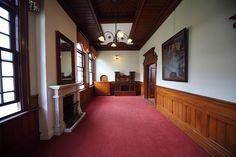 洋館 柳川藩主立花家の別邸西洋館です 西洋館は接客用に用いられたようで赤い絨毯 マホガニー色の腰壁と天井と壁の白漆喰 照明はアールヌーボー風のシャンデリア 明治43年の建築です ワンクリックお願いします。 人気ブログランキングへ   こちらもワンクリ...