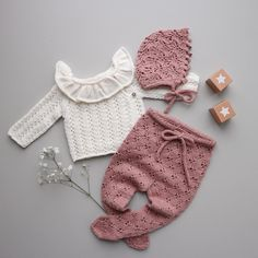 Vendepinde strikning & gratis trin for trin guide til teknikken Knitted Baby Clothes, Cute Baby Clothes, Doll Clothes, Knitting For Kids, Baby Knitting Patterns, Hand Knitting, Baby Girl Fashion, Kids Fashion, Baby Barn