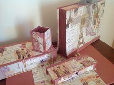 Conjunto de escritorio compuesto por vadé doble, archivador de fuelle, caja, plumier y cubilete para lápices. Realizado en papel París vinta...