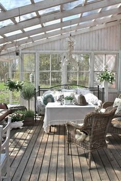 Amazing Shed Plans - veranda en bois de couleur blanc sol en parquet foncé Now You Can Build ANY Shed In A Weekend Even If You've Zero Woodworking Experience! Start building amazing sheds the easier way with a collection of shed plans! Outdoor Rooms, Outdoor Living, Outdoor Decor, Small Greenhouse, Greenhouse Ideas, Indoor Greenhouse, Pallet Greenhouse, Homemade Greenhouse, House With Porch