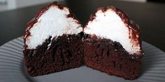 Lækre muffins med flødebolle-topping overtrukket med mørk chokolade.