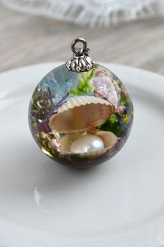Handmade sea pendant with shell, pearl and real flowers. Resin Jewelry, Jewelry Crafts, Jewellery, Diy Resin Crafts, Diy And Crafts, Magical Jewelry, Uv Resin, Bijoux Diy, Real Flowers