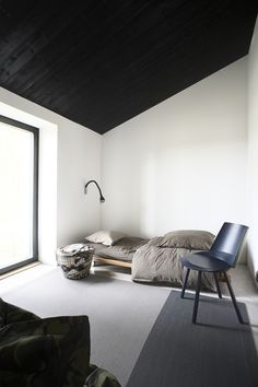 Stylish Bedroom With Black And White Color Schemes - Decoration Minimalist Apartment, Minimalist Bedroom, Minimalist Home, Stylish Bedroom, Modern Bedroom, Home Bedroom, Bedroom Decor, Best Bedroom Colors, Home Room Design