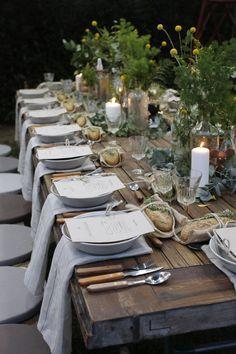 Uma mesa rústica linda e chiquérrima! Os pãezinhos embrulhados com raminhos de alecrim são a Pièce de résistance de todo o arranjo!