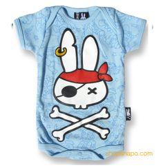 Pirate Bunny Six Bunnies Body Bebe (KK 140). 100% de algodón de manga corta. Body azul claro con estampado en parte delantera. Encuéntrala en shopsnapo.com