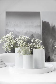 Blick ins Nebeltal #interior #einrichtung #einrichtungsideen #blumen #deko #decoration #dekoration #flowers #white #weiß Foto: RAUMIDEEN von C.