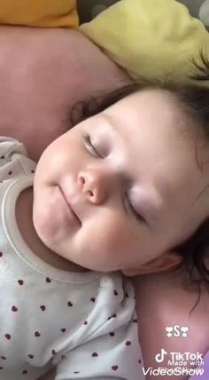 Cute Kids Pics, Cute Baby Girl Pictures, Baby Girl Images, Cute Baby Boy, Cute Little Baby, Baby Kind, Little Babies, Cute Funny Baby Videos, Funny Baby Memes