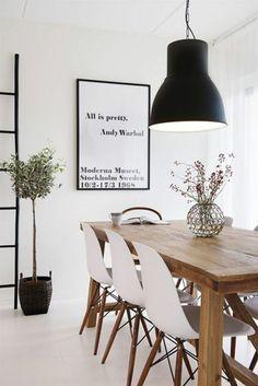 skandinavisches design esszimmer holz esstisch mit stühlen wanddeko pendelleuchte
