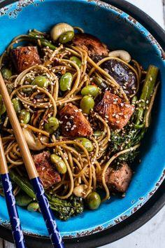 Sake And Ginger Soba Noodle Salmon Stir Fry Hbharvest Fish Recipes, Seafood Recipes, Asian Recipes, Cooking Recipes, Healthy Recipes, Ham Recipes, Edamame, Fideos Soba, Salmon Stir Fry
