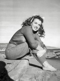1945 Beach Sitting - Red Sweater - Norma Jeane par André De Dienes. Nord de Malibu, Californie.