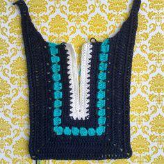 Elisa Gismondi's media content and analytics Crochet Cardigan Pattern, Crochet Collar, Crochet Tunic, Granny Square Crochet Pattern, Crochet Stitches, Crochet Hooks, Crochet T Shirts, Crochet Clothes, Knitting Patterns