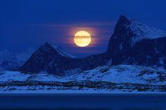 Memorable Lofoten moonrise  #Nordland #Norway