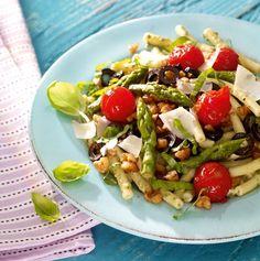 Italienischer Spargel-Salat Rezept: Ein bunter Salat mit Makkaroni, grünem Spargel und Kirschtomaten - Eins von 7.000 leckeren, gelingsicheren Rezepten von Dr. Oetker!
