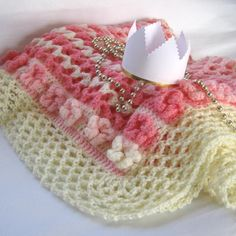 Deka pro princeznu Háčkovaná deka z atestované příze v odstínech růžové a krémové barvy má velikost 79x85 cm. Středový plastický vzor je lemován květinovou bordurou /kytičky jsou součástí vzoru deky, nejsou našívané/,celá deka je obháčkovaná krémovým krajkovým lemem. Výrobce příze doporučuje praní do 40°C, nedávejte do sušičky. Při nákupu deky neplatíte ...