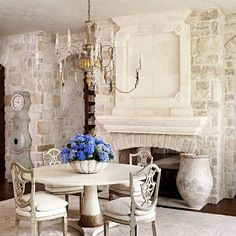 Formal Dining Rooms: Elegant Decorating Ideas for a Traditional Dining Room French Decor, French Country Decorating, Traditional Dining Rooms, Living Vintage, French Country Style, Rustic French, Rustic Italian, Italian Table, Shabby Chic Kitchen