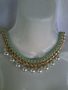 Collar tejido con hilo de algodon .cadena.cuentas de caucho y perlas.